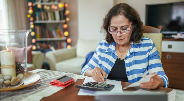 Woman analyzes her dividend ratio