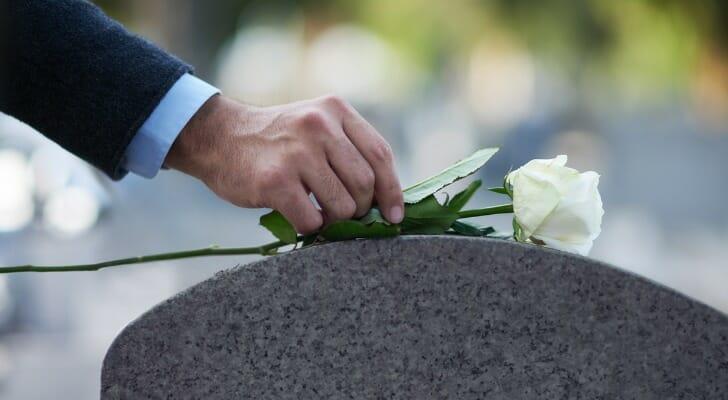 花被放在墓碑上