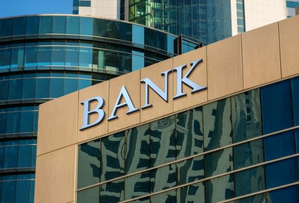 building with 'bank' written on the side - online banks vs traditional banks