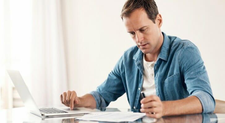 Man using an online will-making program
