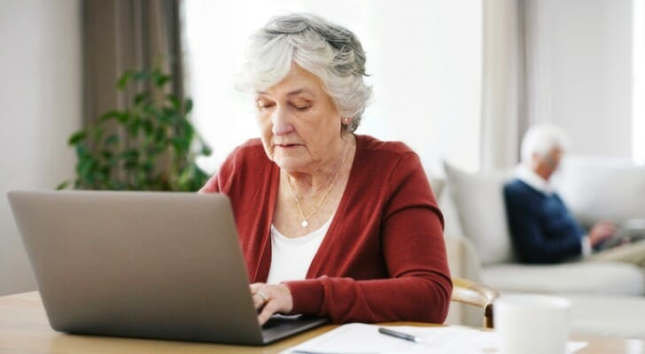 Woman using an online will-making software